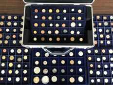 World – Batch of various coins, including antique (206 pieces) in 6 coin tableaus + coin case including silver