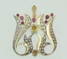 18 kt bicolour pendant set with rubies and Bolshevik cut yellow and white diamonds of in total ca. 1.50 ct