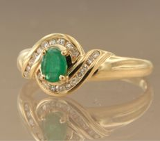 18 kt yellow gold ring set with a central emerald and 20 single cut diamonds, ring size 18 (57)