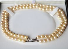 Antique necklace, two rows, 92 cream coloured, genuine Akoya pearls of approx. 7.2 - 7.8 mm in diameter, fine lustre with the original Art Deco gold clasp