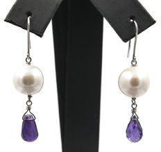 White gold (18 kt) – Earrings – Amethyst – Baroque freshwater pearls – Earring height: 41.00 mm (approx.)