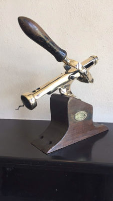 A copper corkscrew on a wooden base - Maison Ruben, Bruxelles, first half of 20th century
