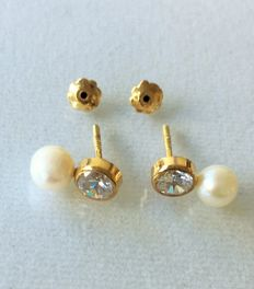 Pear of 14 kt gold earrings with pearls. length is 10.6 mm ***No reserve price***