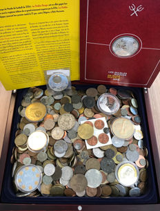 World – Batch of various coins and medals (approx. 5 kg), including silver, in a wooden box