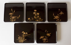 Set of 5 hiramaki-e gold lacquered trays Each decorated with their own floral motif – Japan – 1st half 20th century