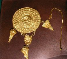 Brooch or earring gold Etruscan revival. 4 cm disc plus pendants, the work of some nineteenth-century goldsmith shop.