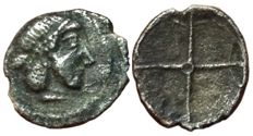 Greek Antiquity - Italy, Sicily, Syracuse, Deinomenid Tyranny (485-466 BC) - AR Litra (9mm; 0,38g.), c. 475-470 BC - Arethusa / Wheel  - SNG ANS 116