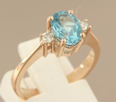 14 kt rose gold ring with a blue topaz and two diamonds; ring size 17 (53)
