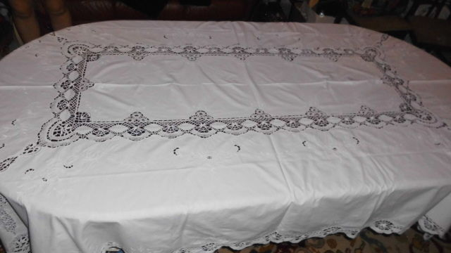 Banquet tablecloth (2,55 m x 1,65 m) with a complete hand made in bobbin lace embroidery from Portugal - Decades of 1950/60