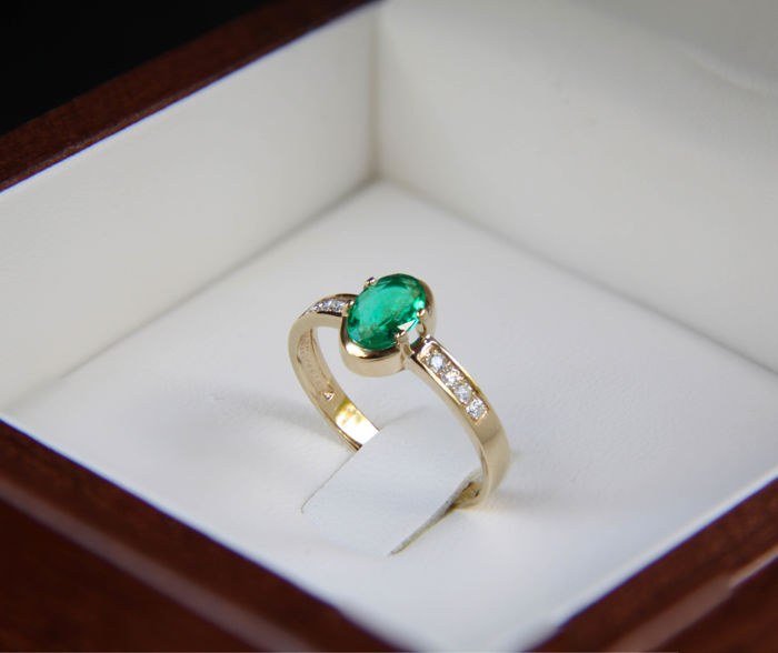 14k gold ring with natural emerald and diamonds ct 0,056. Ring size: 18 mm. (8 US) ***No reserve***