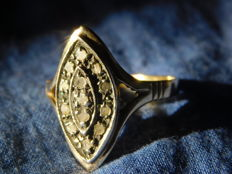 Figaro ring – 18 kt gold – With logo – Set with 13 step-cut diamonds. Circa 1920.