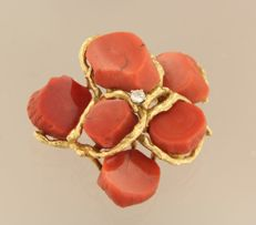 Julia Plana - 18 kt yellow gold brooch set with coral and centrally a brilliant cut diamond of in total ca. 0.15 ct. Size of the brooch 4.7 x 4.2 cm.