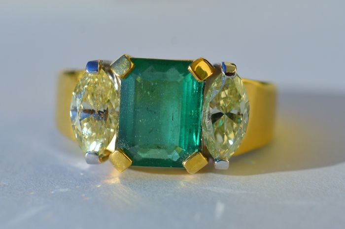 Very precious yellow gold ring with emerald and diamonds