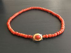 Red coral necklace with gold clasp (14 karat). Weight of the necklace is 28.6 grams.