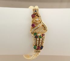 18 kt gold clasp and centrepiece pearl bracelet set with rubies, emeralds, sapphires and diamonds, bracelet length 18.5 cm