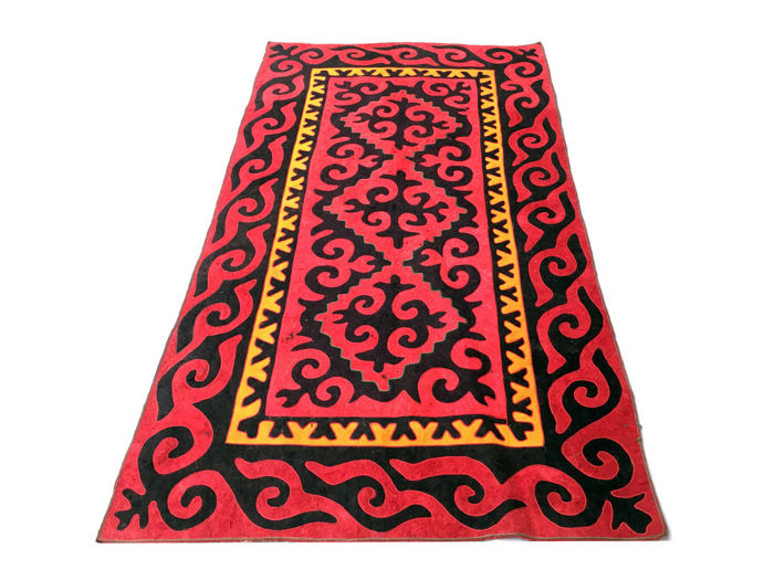 Gorgeous traditional Shyrdak rug, Kirghiz yurt, 270 x 146