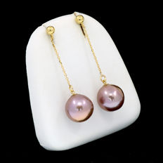 18 kt/750 yellow gold - Cultured pearl earrings: 12.4 mm. in diameter from Southeast Asia - Length: 43 mm.