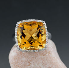 Attractive Yellow Quartz and brilliant ring, 10.75 ct in total, 750 white gold