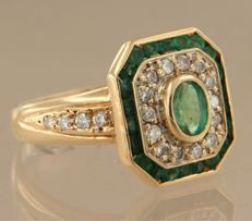 SSA May, 25th, 18 kt yellow gold ring set with emerald and 22 brilliant cut diamonds of approx. 0.44 carat in total *****NO RESERVE PRICE***