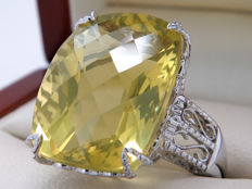 "White gold ring with cushion ""checker board"" cut lemon quartz – 15.33 carat"