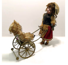 Armand Marseille - Wind-up automaton of a woman walking a little girl in a buggy - Armand Marseille porcelain head, Sonnenberg - Germany, beginning of the 20th century
