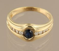 Yellow gold 18 kt ring set with a sapphire and 8 brilliant cut diamonds, approx. 0.20 carat in total, ring size 17 (53)