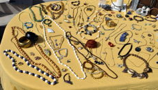 Very large quantity of fashion jewellery and other items, more than 300 pieces.