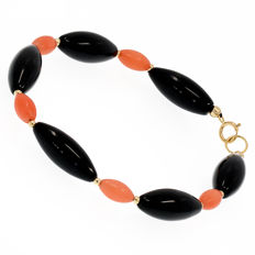 18 kt/750 yellow gold - Onyx and coral bracelet - Length: 20 cm.