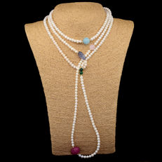 18 kt/750 gold – Long necklace with pearls and multiple gemstones – Length: 157 cm.