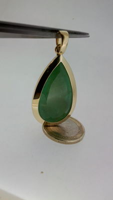 18 kt. Pendant with 38.5 ct emerald.