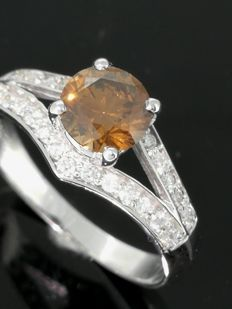 Ring – with fancy diamond, 0.75 ct and twenty-six diamonds, 0.20 ct in total – size 53.