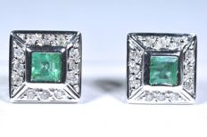 18 kt  White gold earrings - 24 diamonds weighing 0.14 ct (GH-SI) - 2 square cut emeralds weighing 0.35 ct - No reserve