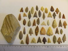 44x Neolitic arrowheads 15/39 mm and 1x grindstone - 100-70 mm (45)