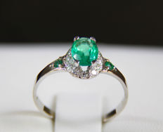 14 kt white Gold ring with emerald and diamonds 0.12 ct. Ring size: 17.4 mm. (7 US) ***No reserve***.