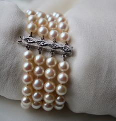 4-row bracelet with genuine very good quality Akoya pearls of Japanese sea and 750 White Gold Clasp with old cut or 8/8 cut diamonds H/VS