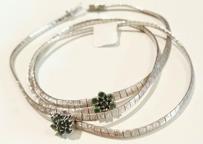 Necklace in 18 kt white gold with emeralds – Length: 40 cm.