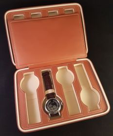 Chic watch travel case for 8 watches.
