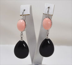 Earrings in 18 kt gold with pink coral and onyx – 60 × 18 mm