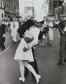 Alfred Eisenstaedt (1898-1985)/LIFE - The Kiss V-J Day in Times Square - New York - 1945