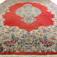 "Signed Kerman – 382 x 282 cm – ""Oversized eye-catcher – Regal beauty in top condition""."