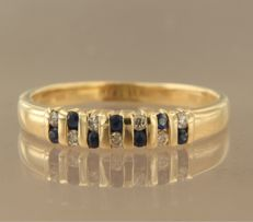 18 kt yellow gold ring set with brilliant cut sapphire and seven brilliant cut diamonds, approximately 0.14 carat in total, ring size 17.5 (55)