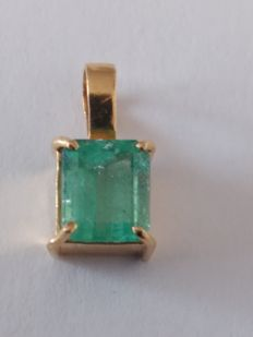 750/000 gold pendant with emerald