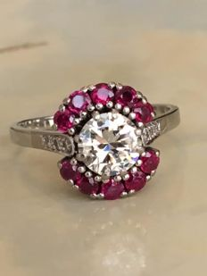 Stunning 18 kt entourage ring with a central, solitaire, Bolshevik cut diamond, approx. 1.30 ct – I/VS and rubies approx. 0.90 ct - Size 18.75 - 19.00 mm