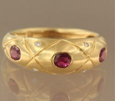 18 kt yellow gold ring set with ruby and  brilliant cut diamond, approx. 0.04 ct in total, ring size 17.5 (55)