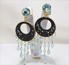 Earrings in 18 kt yellow gold with round and droplet cut blue topazes –80 mm