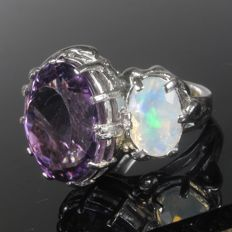 A silver ring with opal of 1.9 ct and amethyst of 11 ct, 1970s