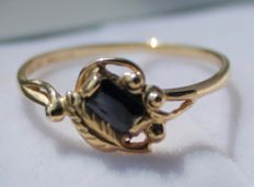 Yellow gold ring, 14 kt, with sapphire – ring size 18.