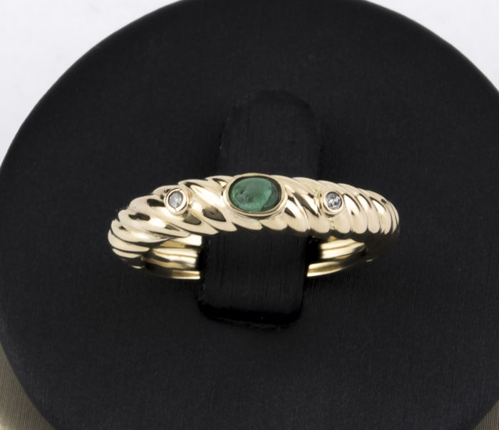 18 kt yellow gold – Ring – Oval cut cabochon central emerald of 0.20 ct – Brilliant cut diamonds of 0.05 ct – Interior diameter of the ring: 18.00 mm.