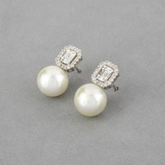Earrings in 18 kt white gold,  with Australian South Sea pearls and brilliant and baguette cut diamonds - Maximum earring height: 18.40 mm