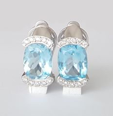 18 kt white gold earrings with Swiss blue topaz and diamonds of 0.30 ct – Length: 14 × 9 mm.